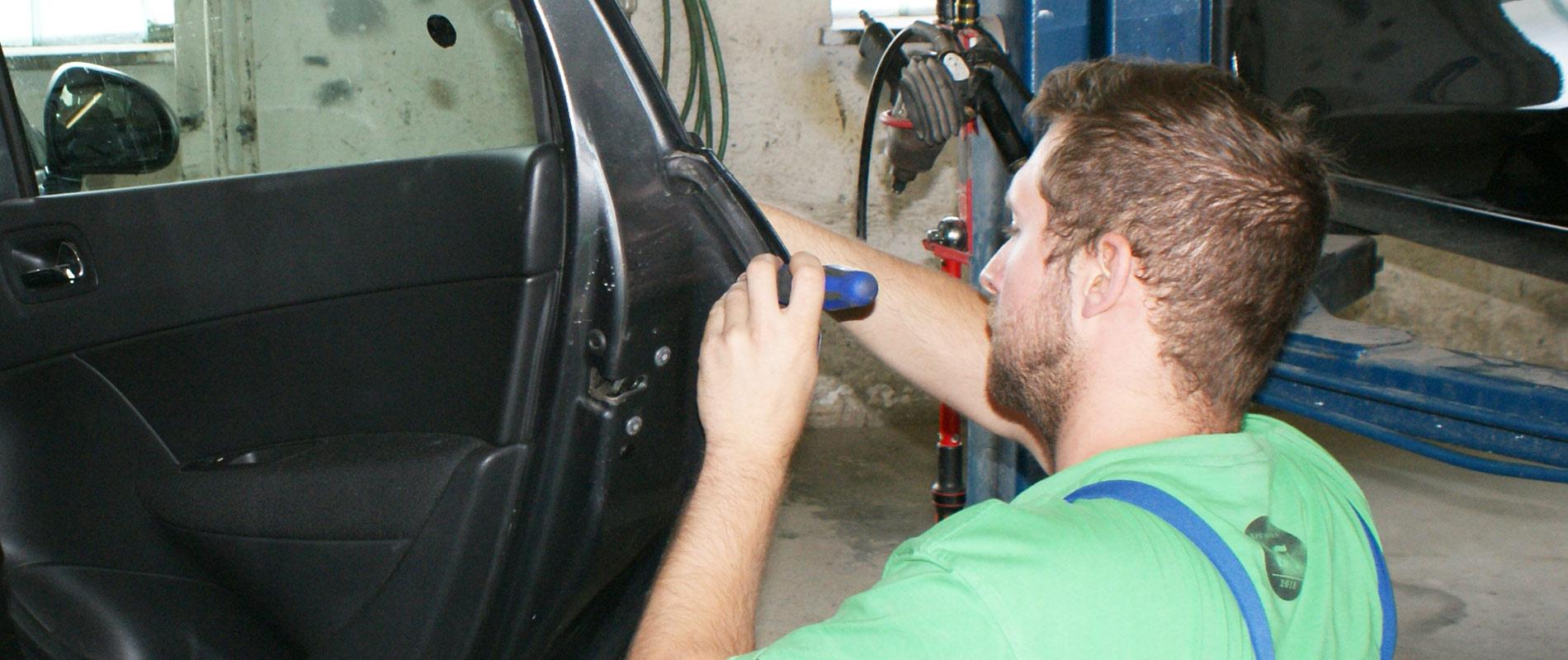 Ronald Penz bei Reparaturarbeiten